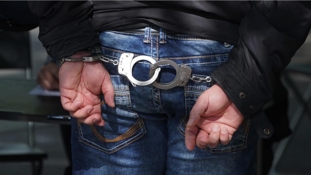 Пиян, дрогиран и въоръжен с нож строши стъкло на областната полицейска дирекция в Русе