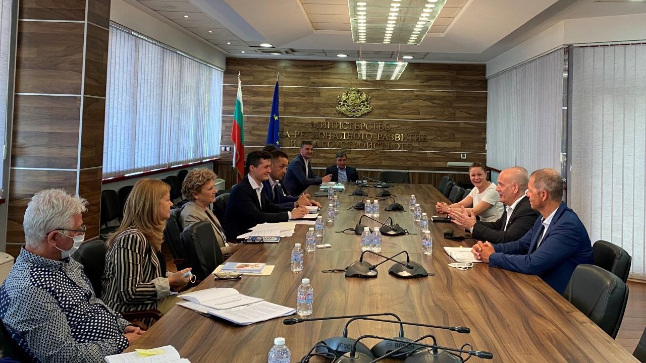 Министър Комитова обсъди работата на тол системата с представители на фирмата, която я поддържа