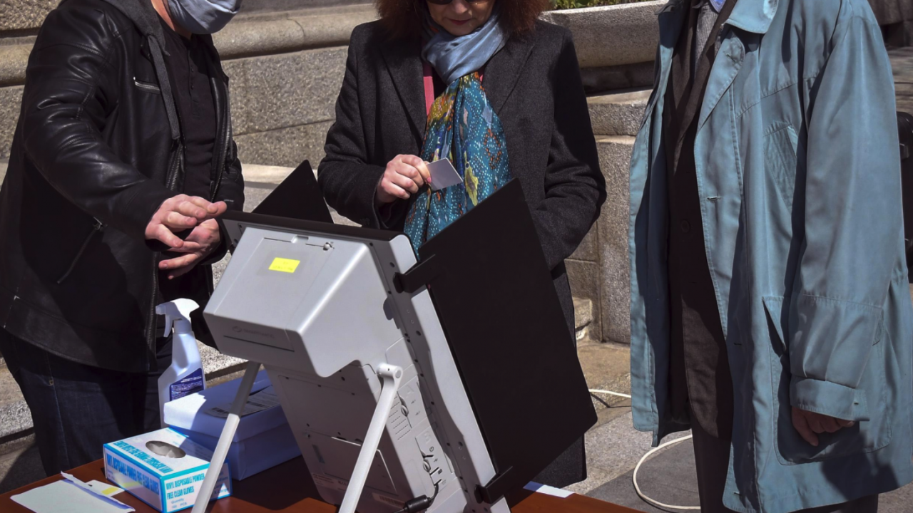 """ЦИК започва преговори със """"Сиела Норма"""" за обслужване на машините за вота"""
