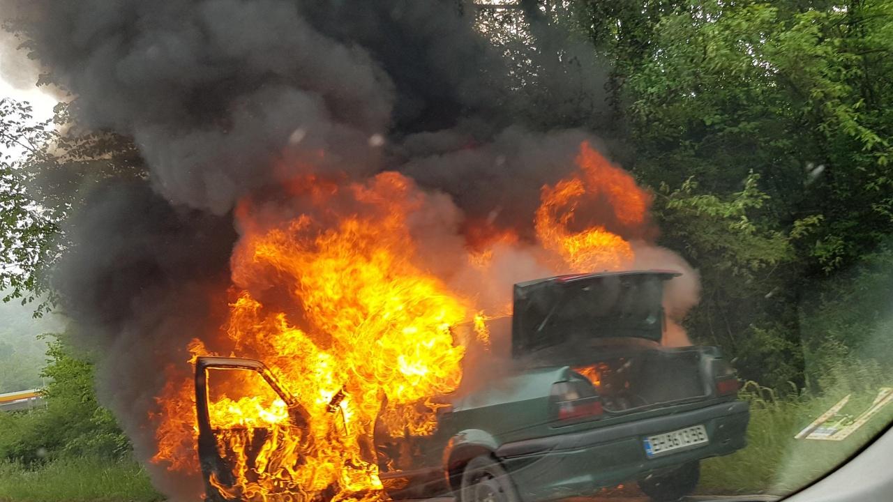 Запалиха колата на учител