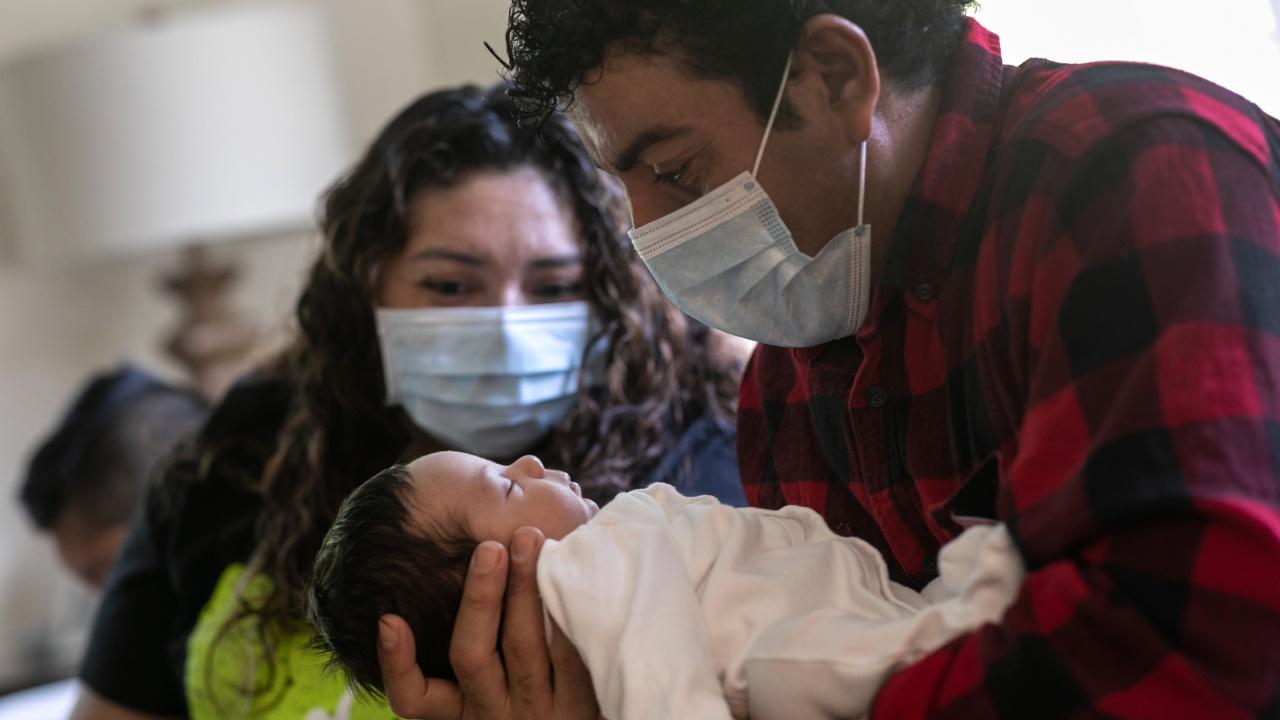 Учени препоръчват майките да кърмят дори с COVID-19