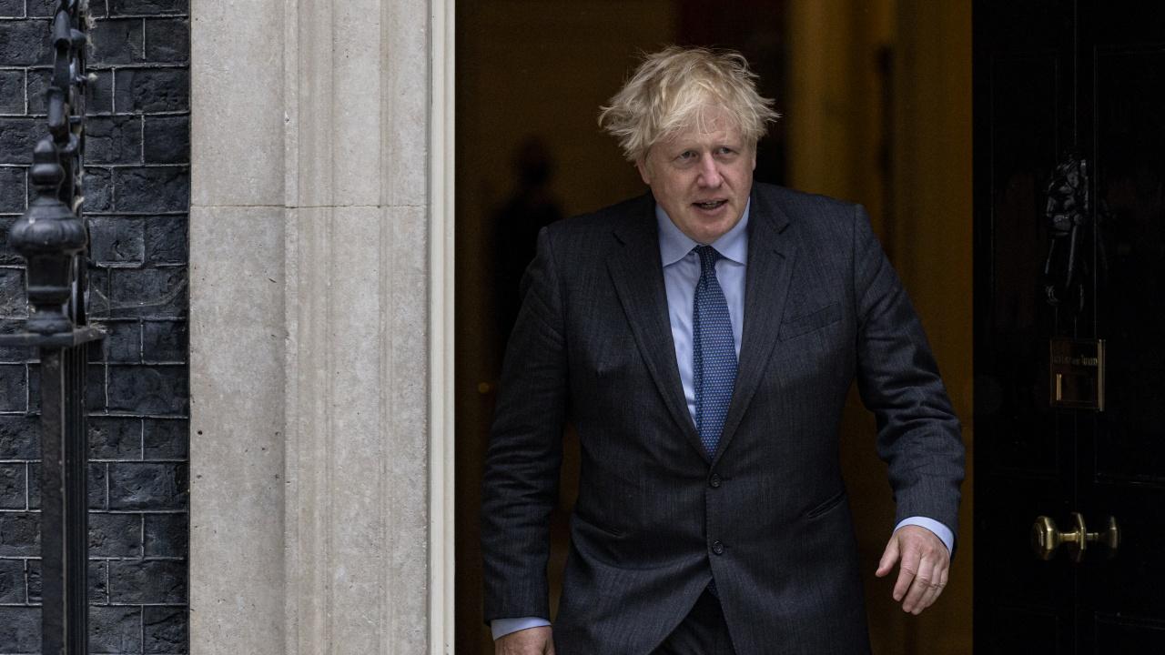 Британският премиер отложи разхлабването на COVID ограниченията с месец