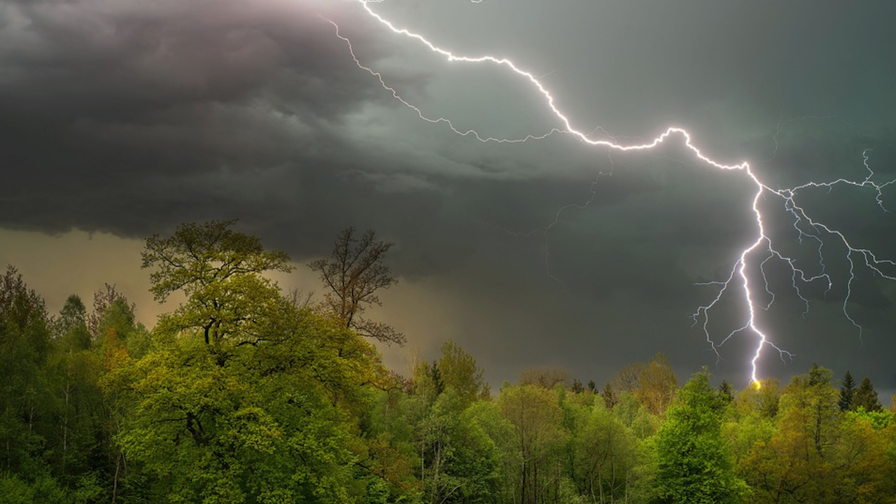Жълт и оранжев код за валежи и гръмотевични бури издаде НИМХ за днес и утре