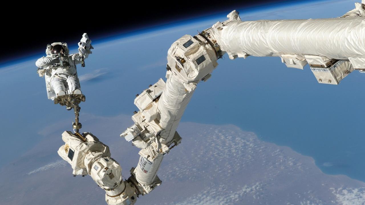 Двама астронавти от МКС излязоха в открития космос за монтиране на батерия