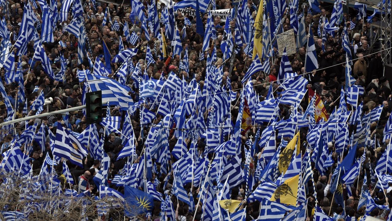 Масов протест пред парламента в Атина, транспортът е блокиран
