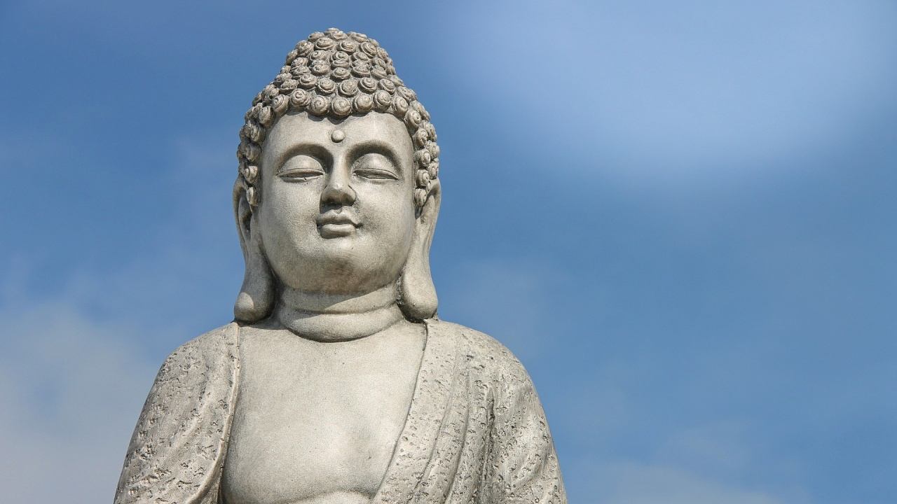 Гигантска будистка статуя се сдоби с маска, за да се моли за края на COVID-19