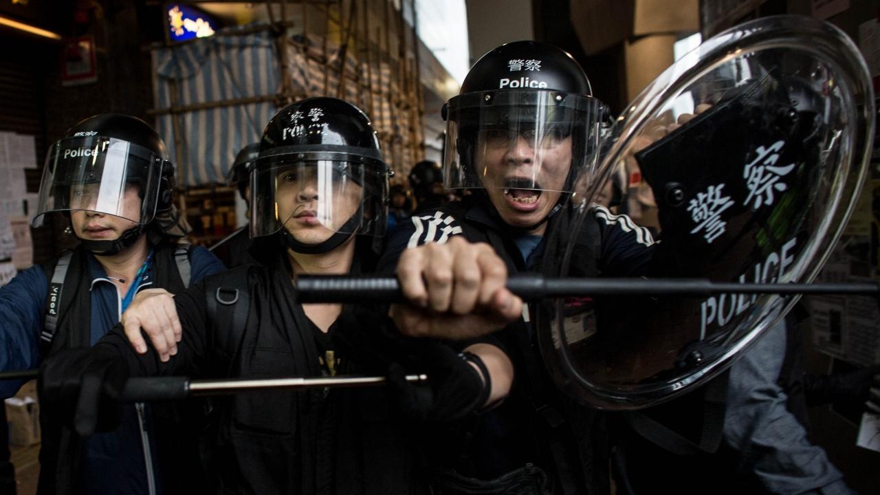 """Полицията в Хонконг е арестувала петима директори на продемократичния вестник """"Епъл Дейли"""""""