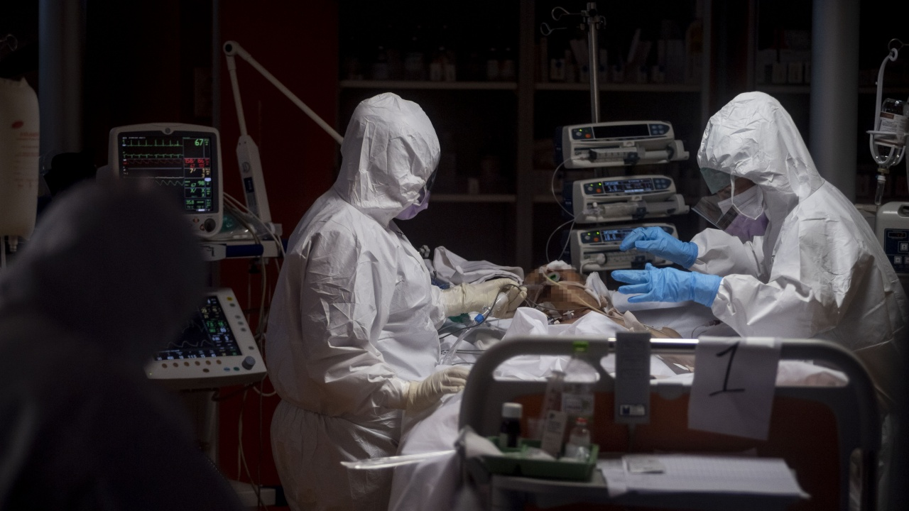 COVID-19 повали влюбена двойка млади лекари, които бяха отложили сватбата си, за да спасяват животи