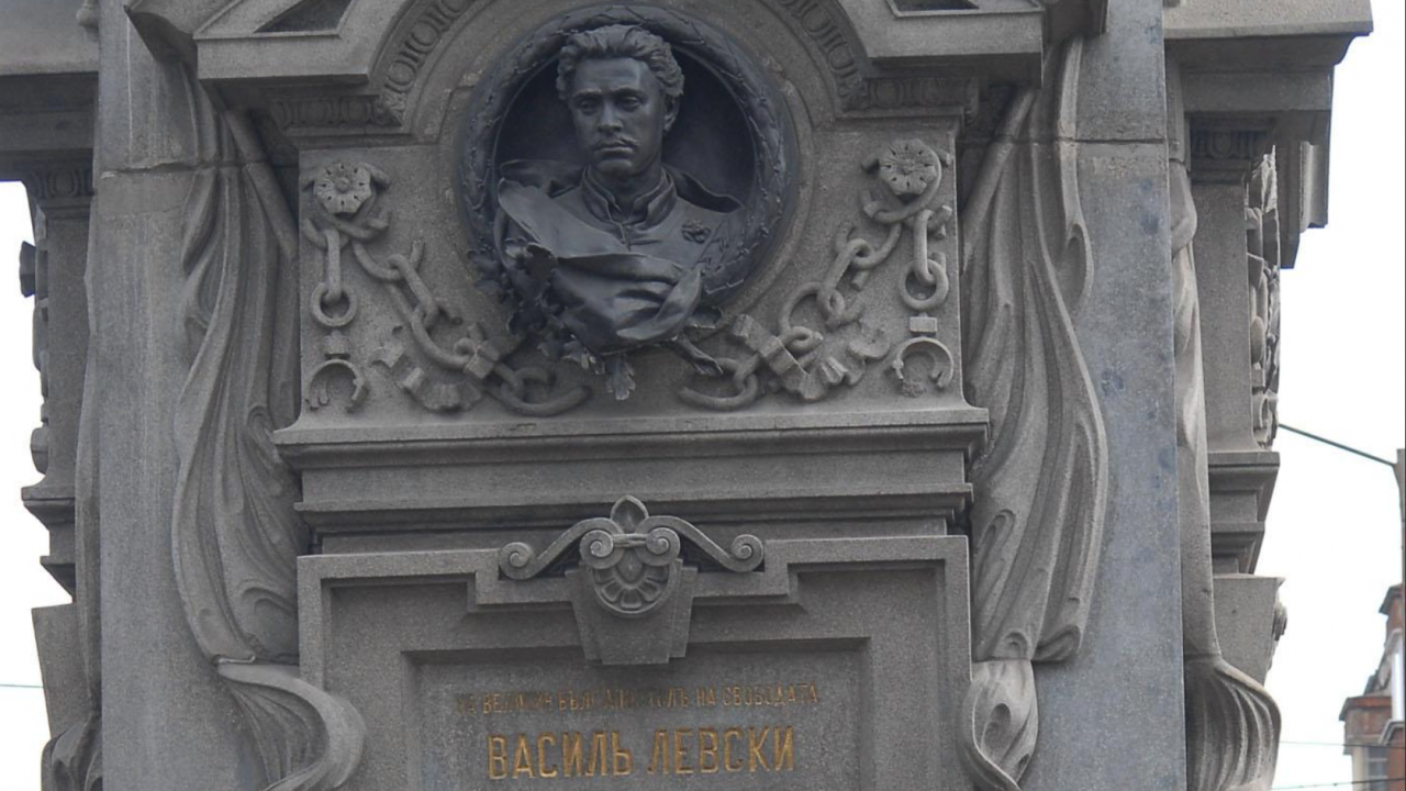 Столична община към проф. Минеков: Не сме изпълнявали реставрационни дейности по самия паметник на Васил Левски