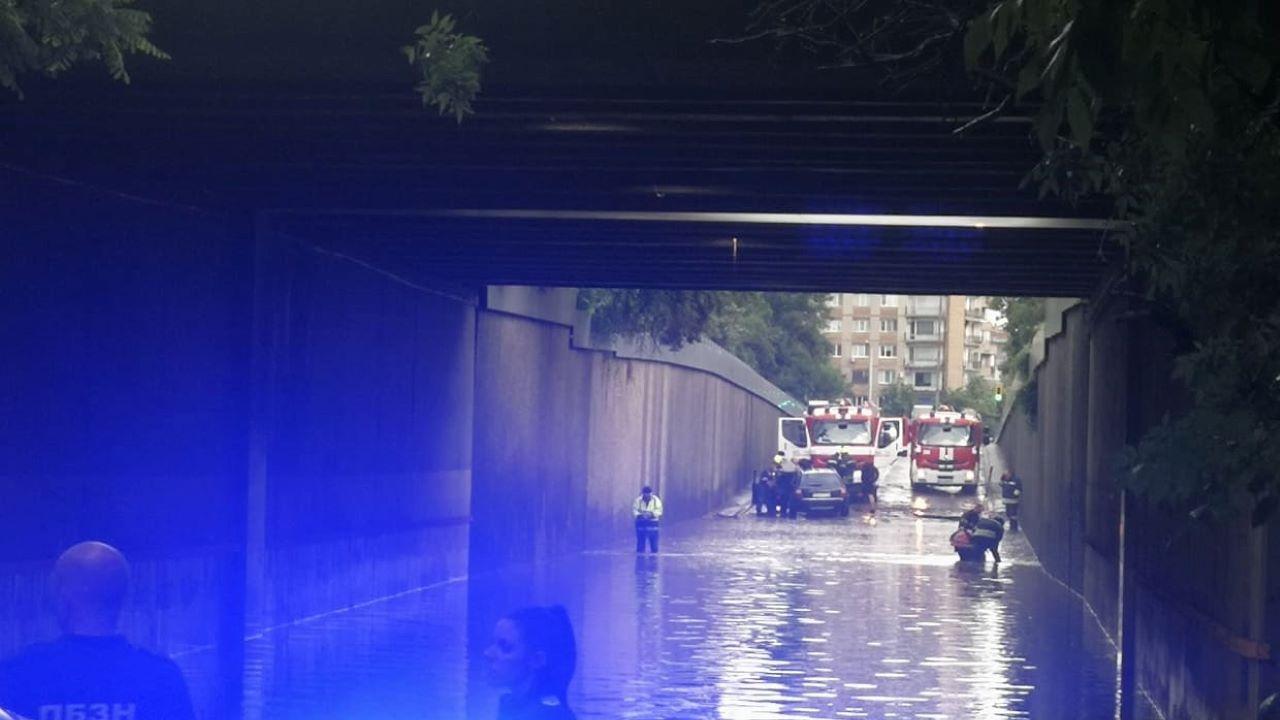 Пороят в София наводни шосе край МВнР