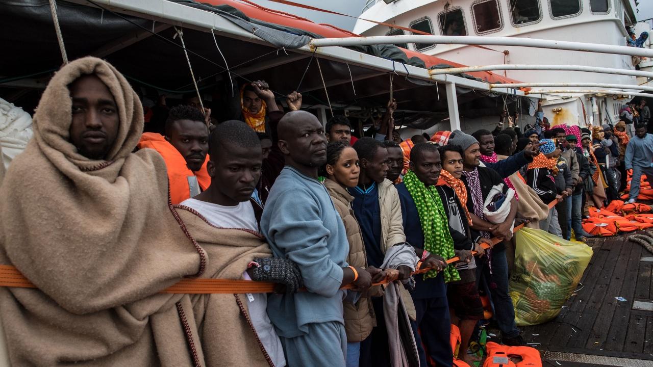 Стотици спасени в Средиземно море мигранти пристигнаха в Сицилия