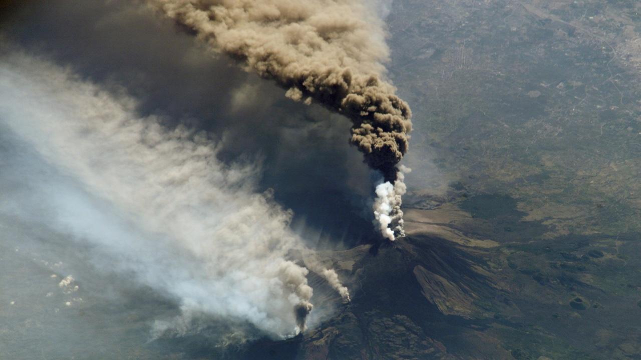 Вулканите Етна и Стромболи изригнаха едновременно