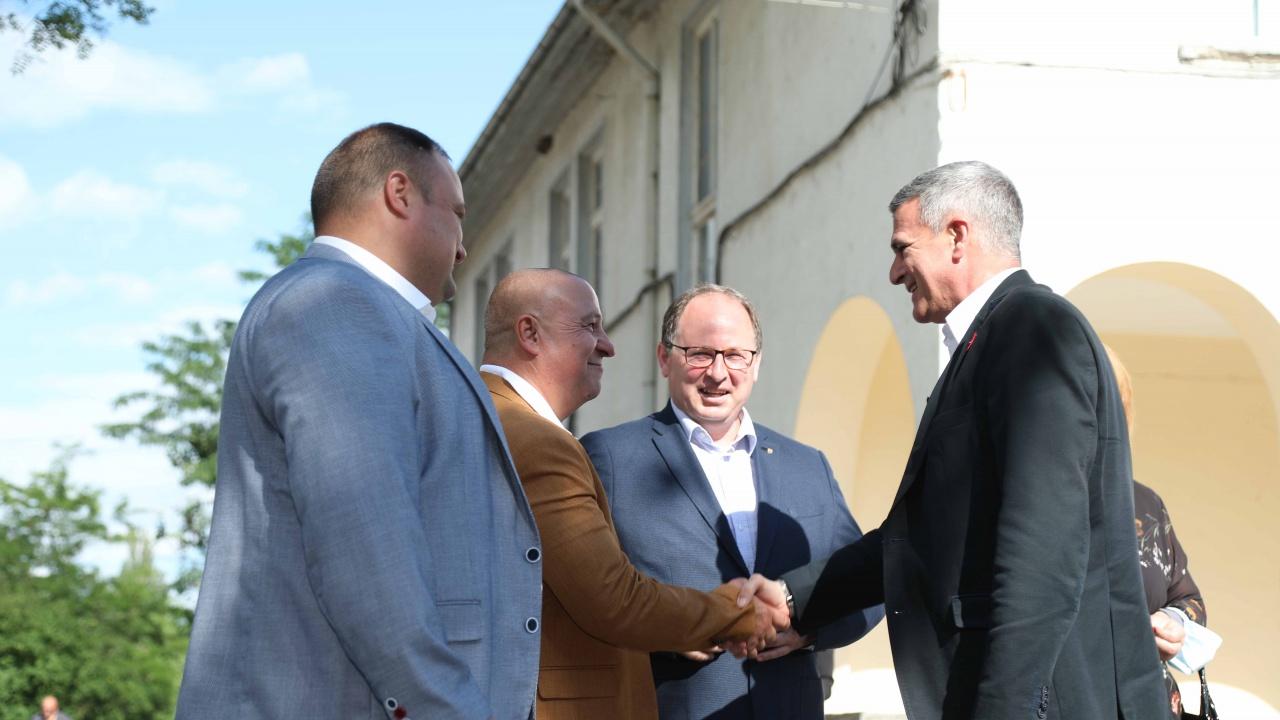 Премиерът съгласен малките кметства да задържат пари от местните данъци