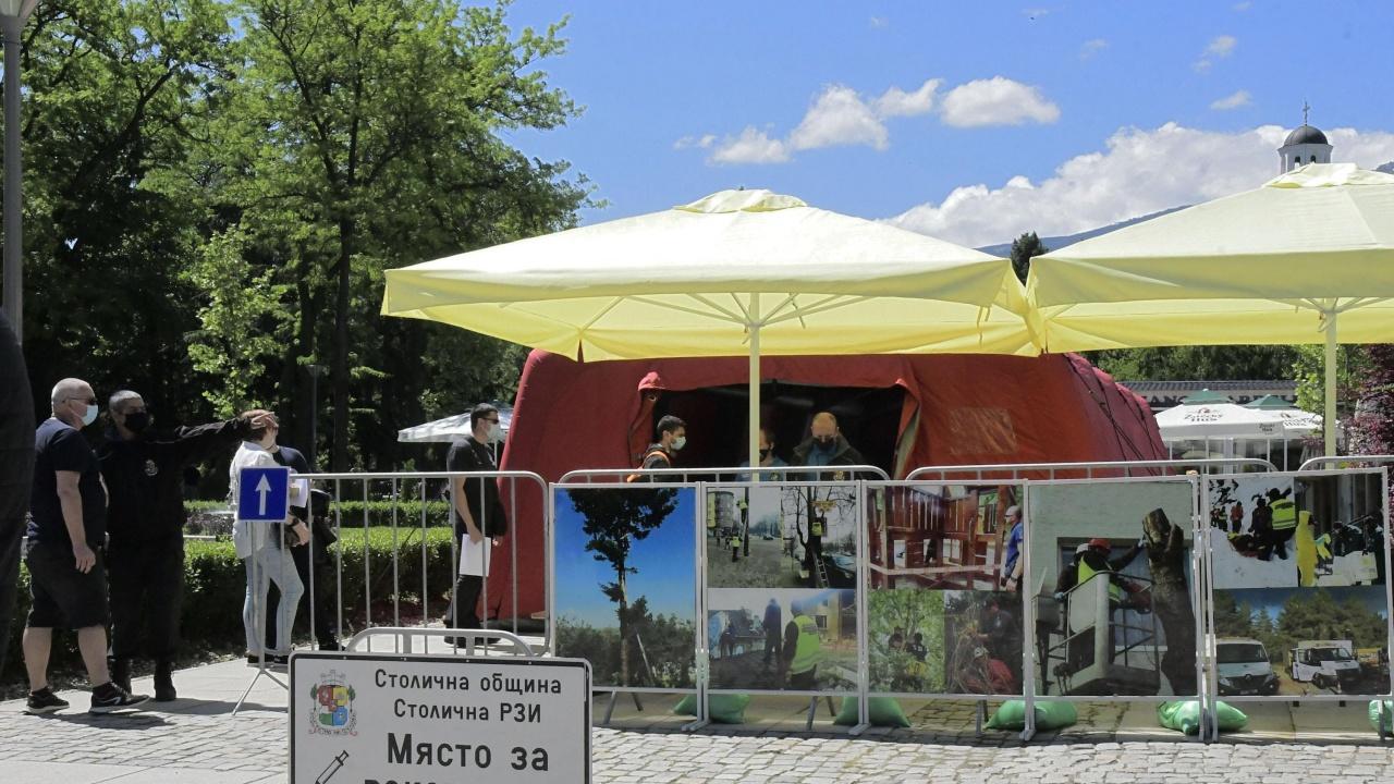 Над 1600 души се ваксинираха срещу COVID-19 в осемте пункта в молове и в паркове в София този уикенд