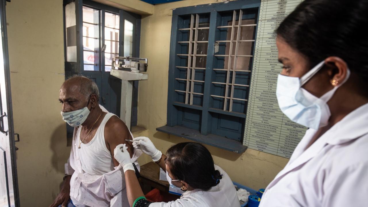 Индия започва да ваксинира срещу COVID-19 цялото си пълнолетно население