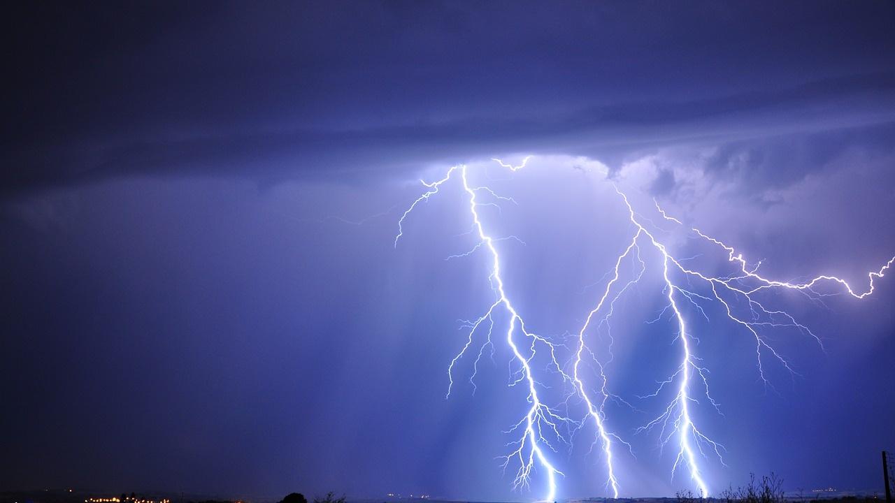 Гръмотевични бури оставиха хиляди хора без електричество в района на Чикаго