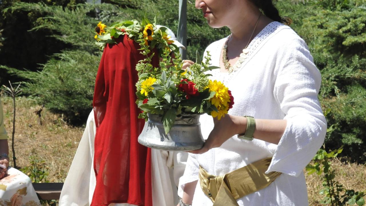 Венец от 77 цветя и билки свиват в Хасково за Еньовден