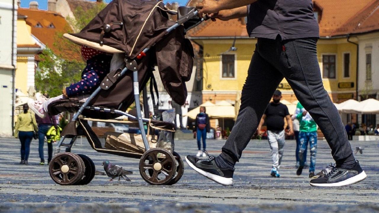 Изобретателност в Самоков: Скриха незаконен тютюн в бебешка количка
