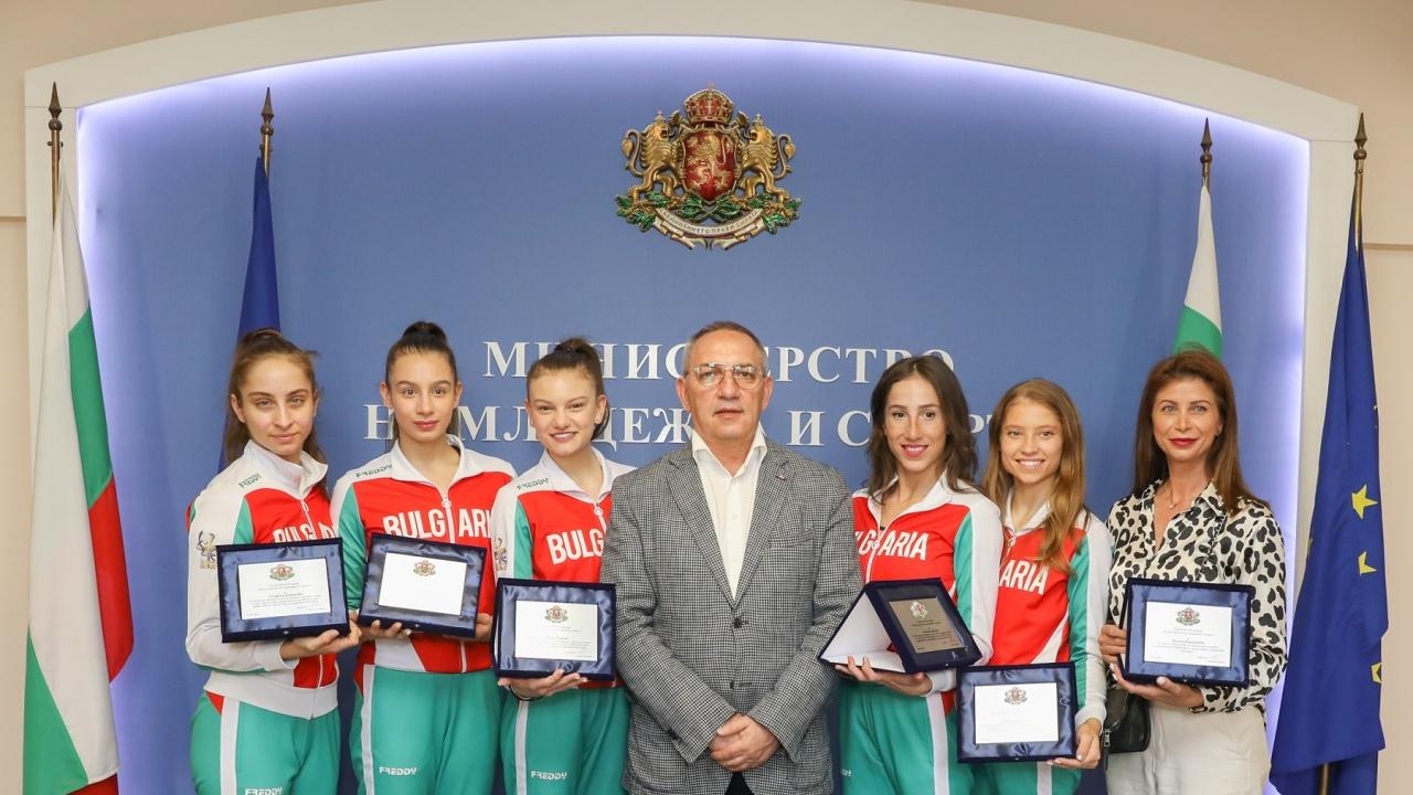 Министър Кузманов награди състезателките от националния отбор по художествена гимнастика