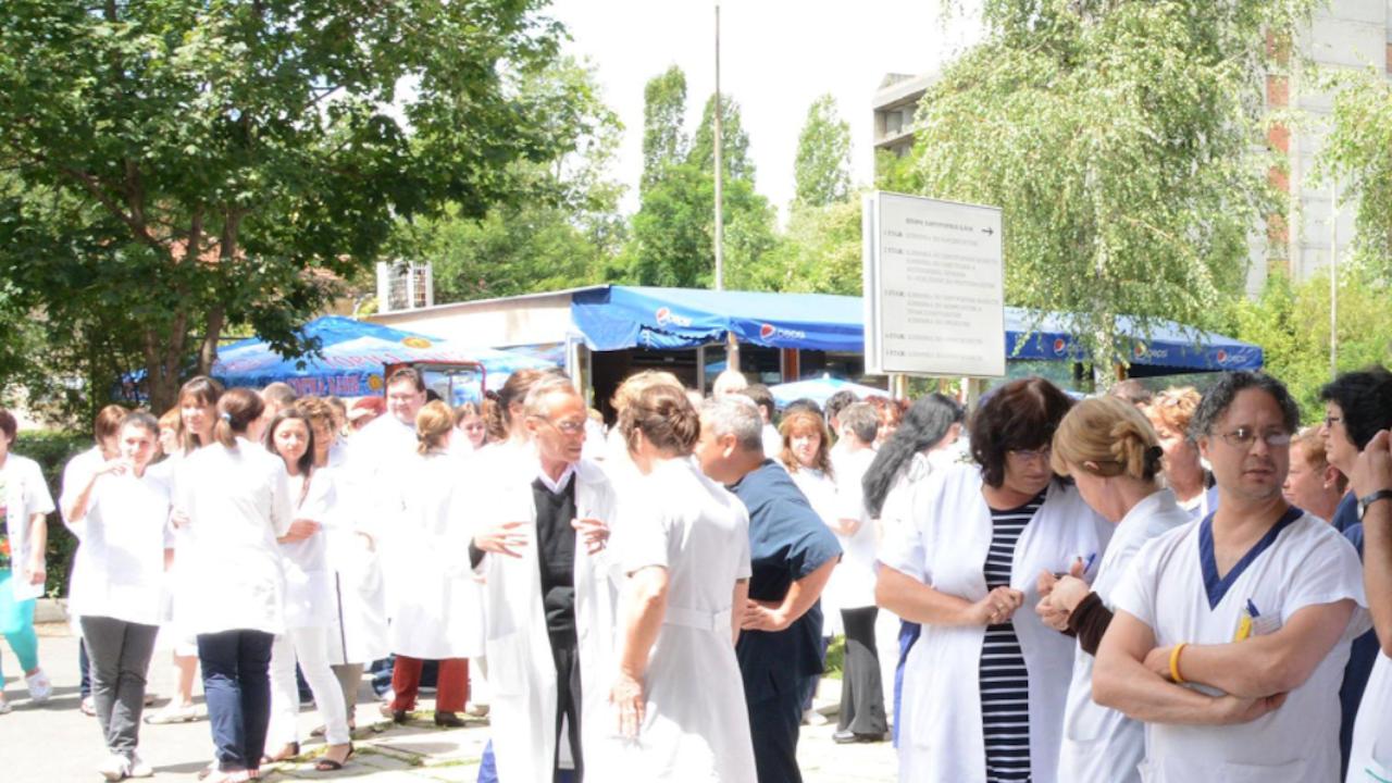"""Част от персонала на МБАЛ """"Св. Пантелеймон"""" АД в Ямбол подкрепи директора на лечебното заведение"""
