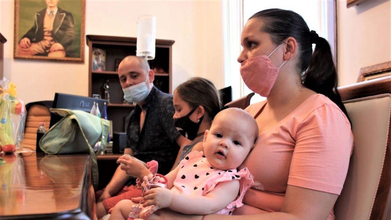 Кметът на Плевен връчи финансова помощ и подаръци на семейството с първото бебе, родено за 2021 г.