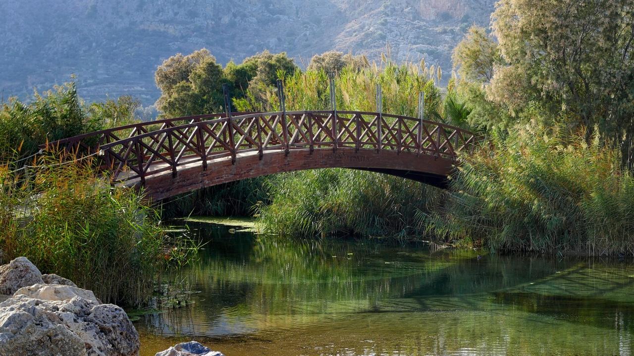 В Шумен: Човек падна от мост в река, дете се заклещи в дървено кресло