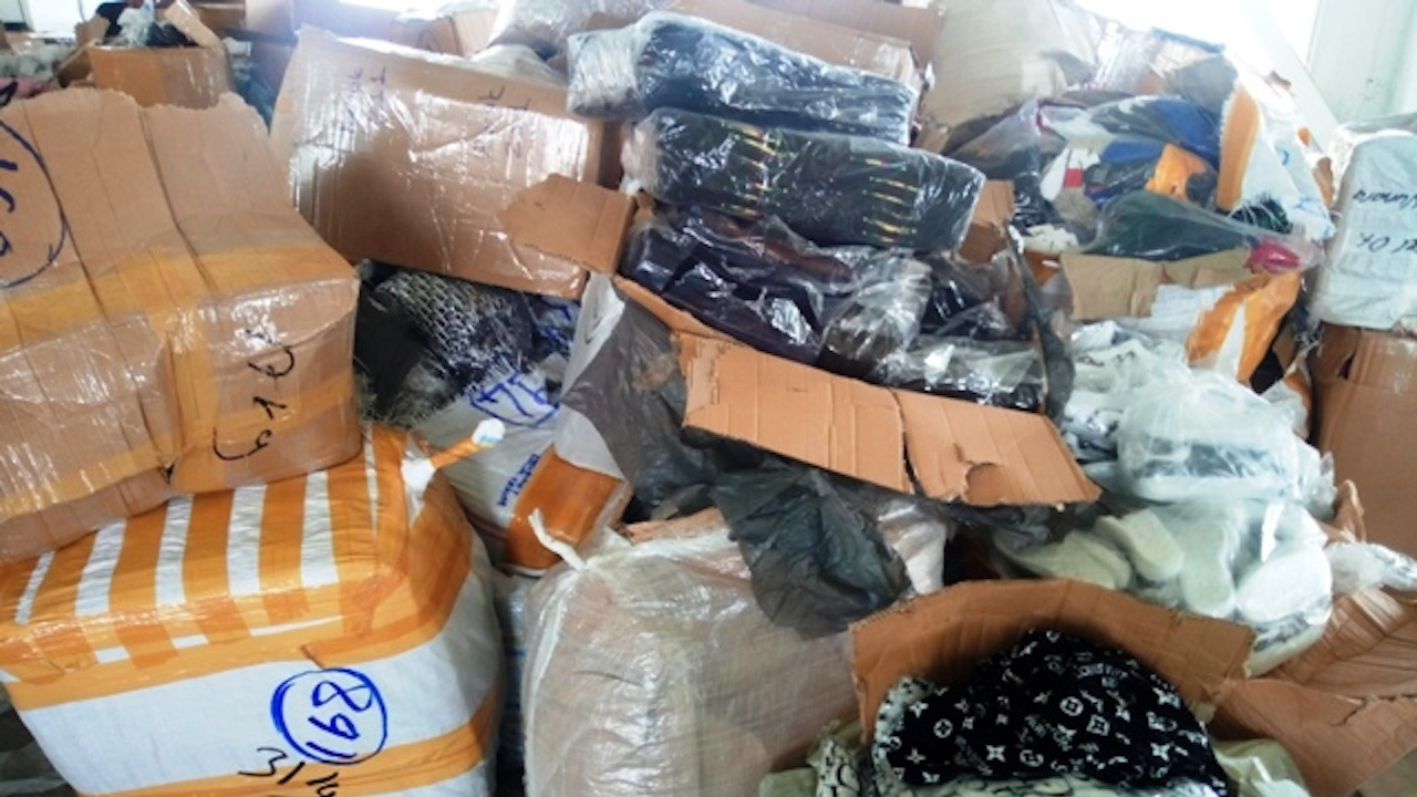 """Митнически служители задържаха 17 266 текстилни изделия с обозначения на световноизвестни марки на ГКПП """"Дунав мост 2"""""""