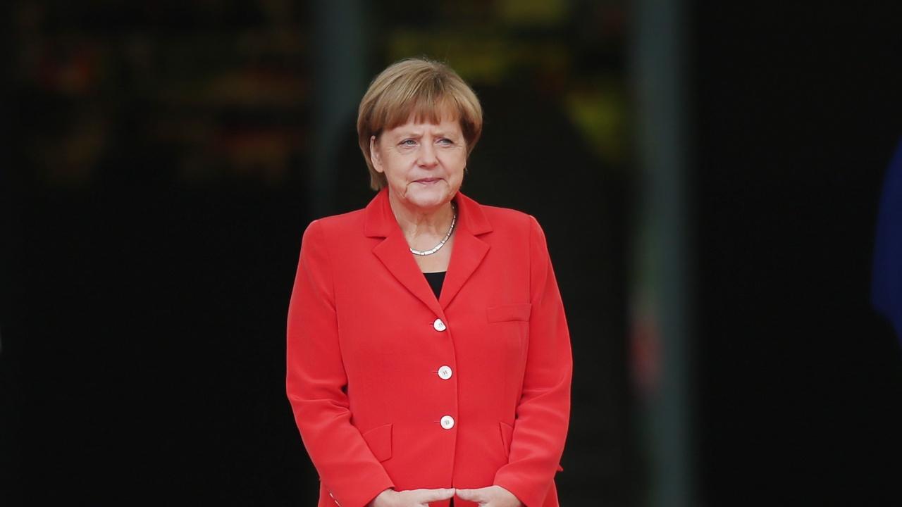 Говорителят на Меркел заяви, че тя е била ваксинирана с различни ваксини, за да насърчи хората да не се страхуват