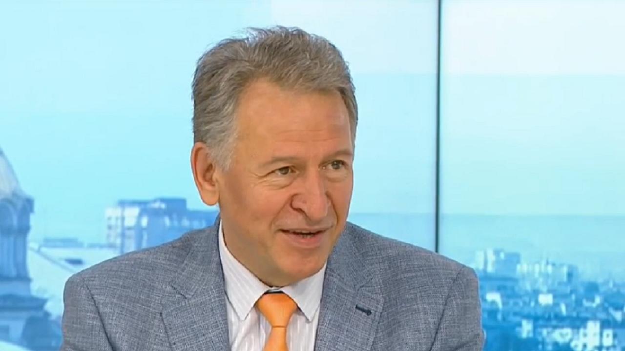 Министър Кацаров: Ваксинираме се и сваляме всички маски