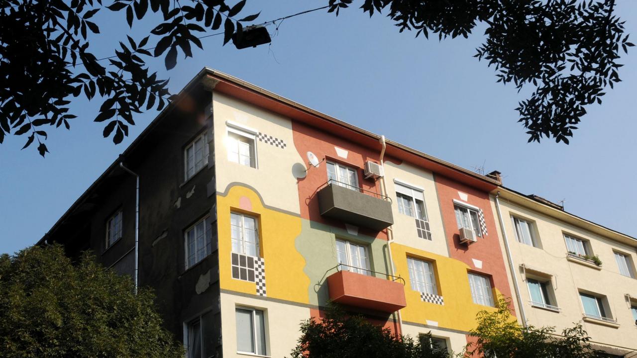 Ремонтиран и в гаранция покрив на саниран жилищен блок в Русе протече