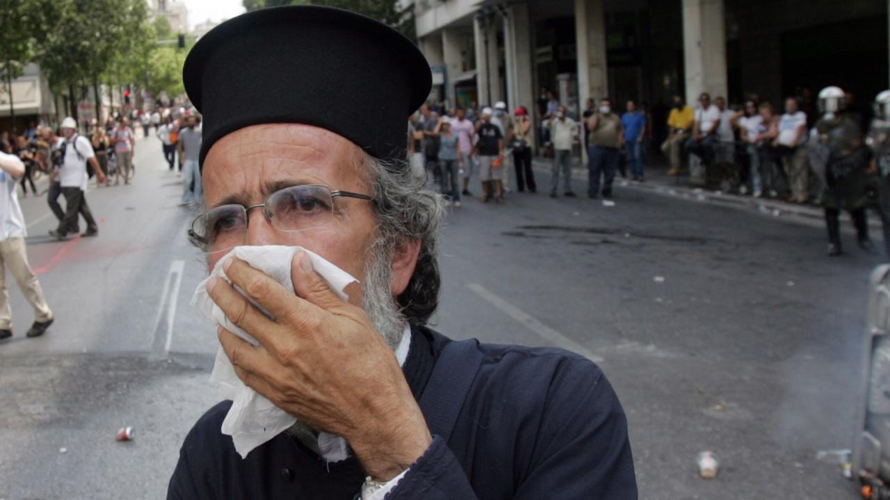 Гръцки поп-наркодилър нападна свещеници с киселина