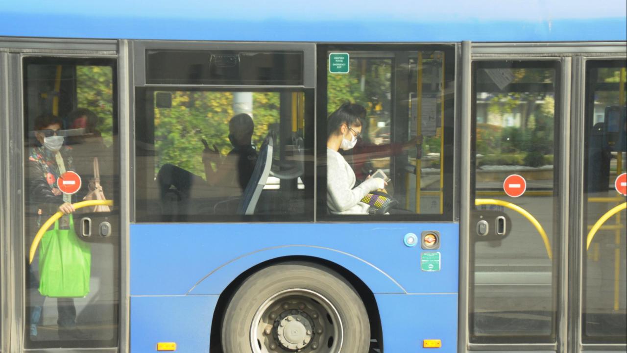 Агресия: Гол пътник блъска кондукторка, залива шофьора с безалкохолно