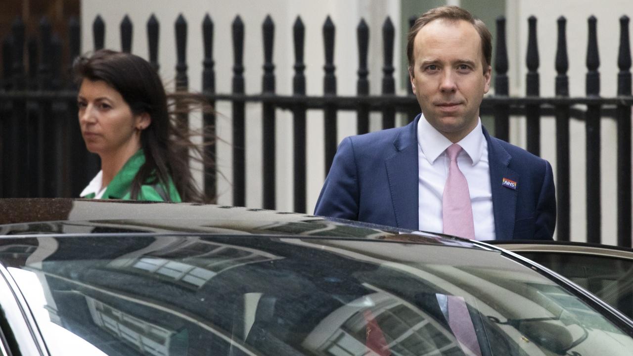 Хванаха британския здравен министър на калъп