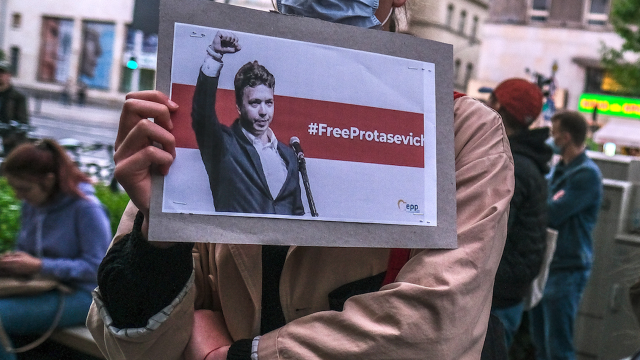 Беларуските власти поставиха Роман Протасевич под домашен арест в Минск