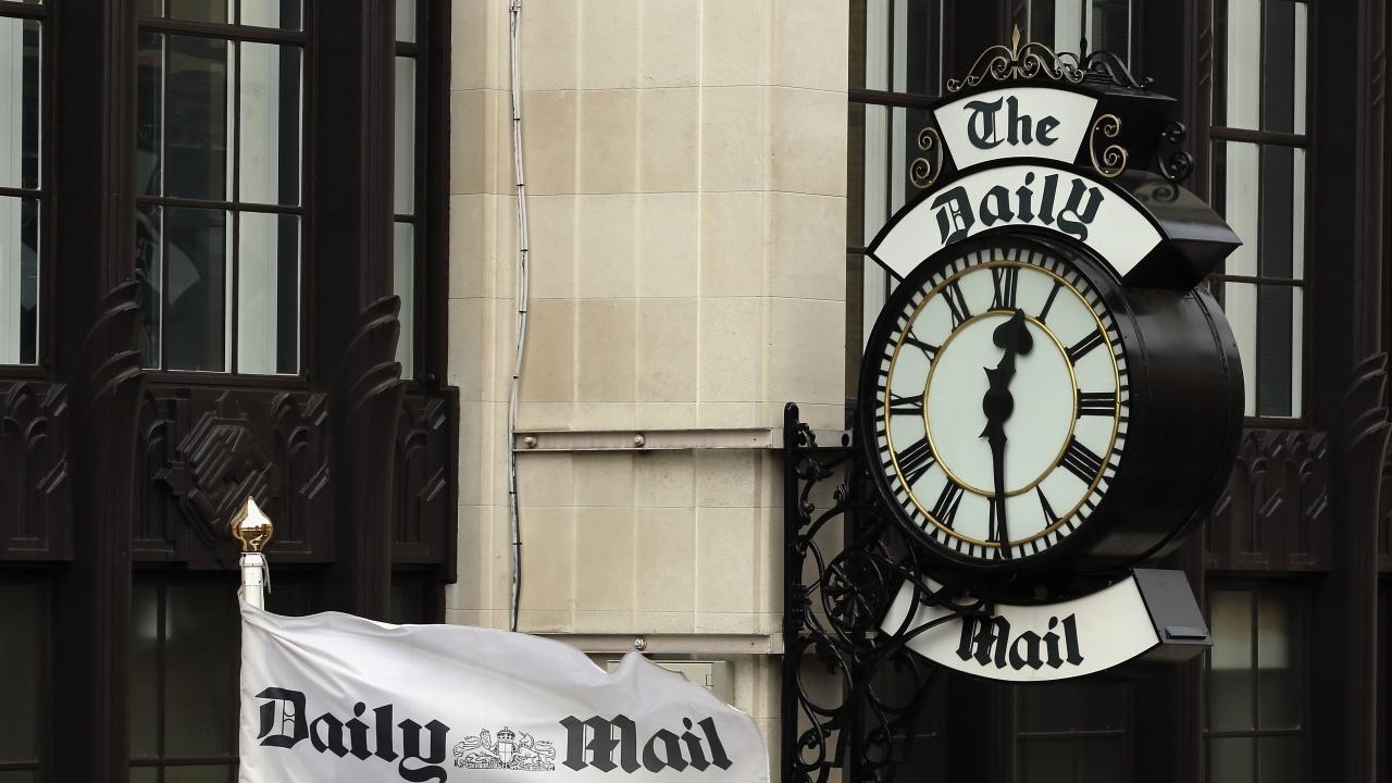 """Природозащитници изсипаха конски тор пред сградата на """"Дейли мейл"""" в Лондон"""