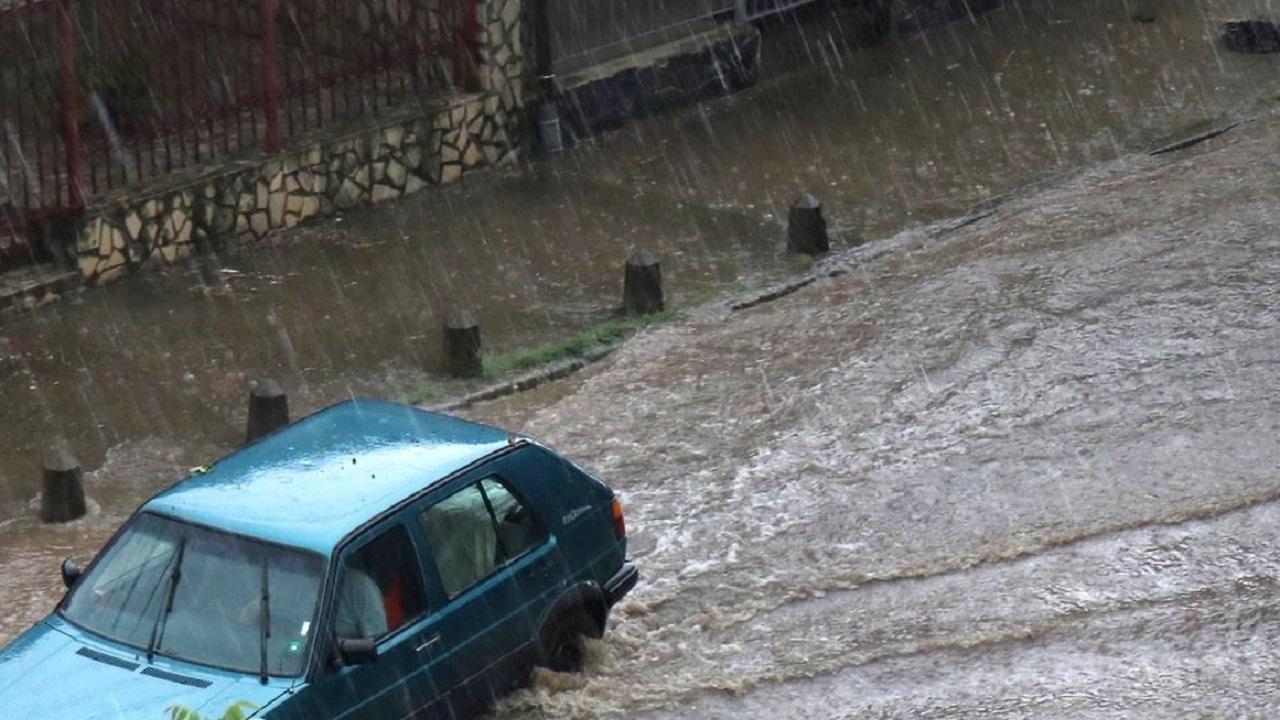 Над 50 семейства очакват помощ след бурята в Котел