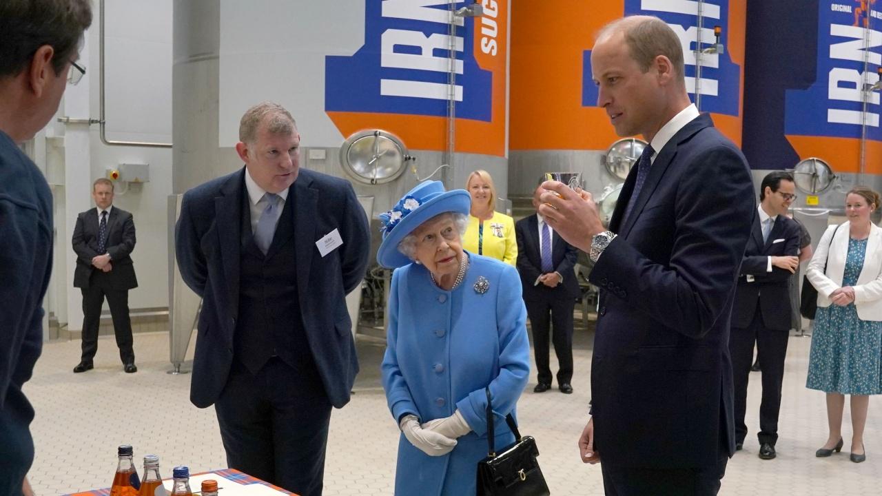 Кралица Елизабет Втора и принц Уилям посетиха предприятие в Шотландия