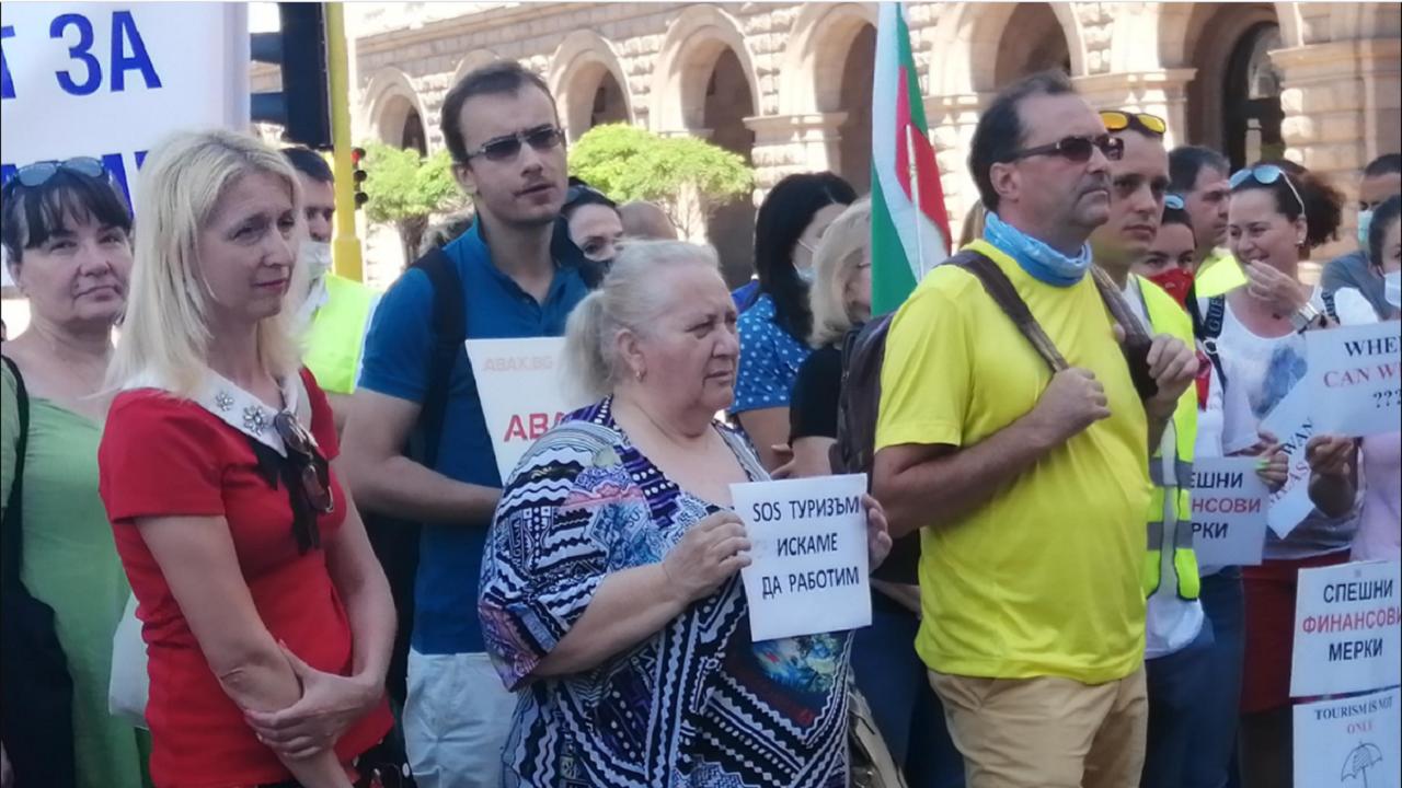 Туроператори излизат на протест пред президентството