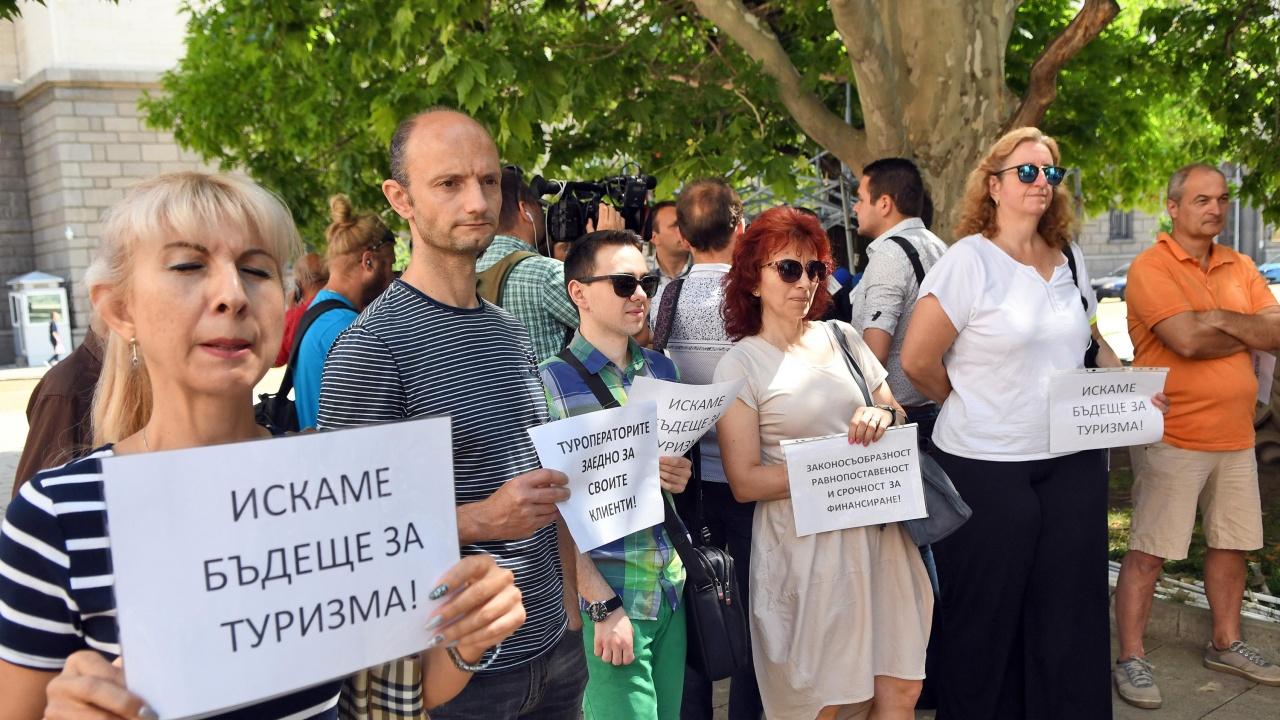 Туроператори излязоха на протест пред президентството, искат оставката на министър Балтова