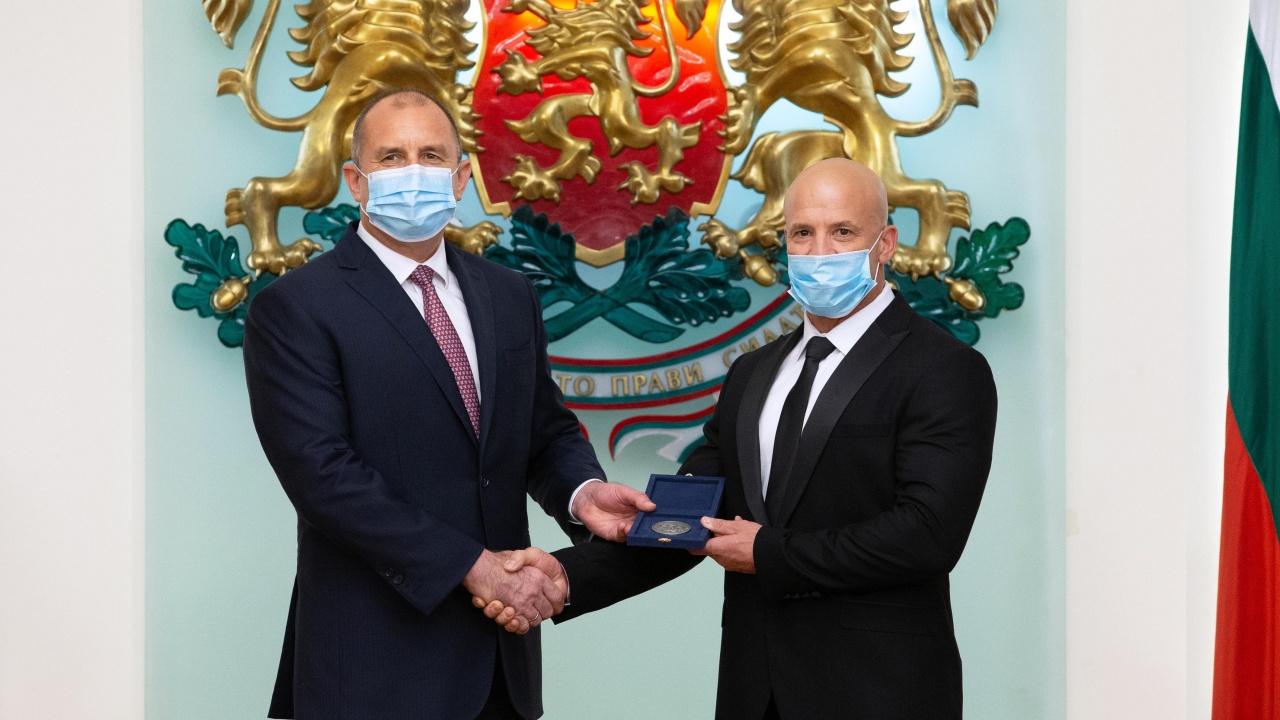 Румен Радев удостои с Почетния знак на президента Енчо Керязов