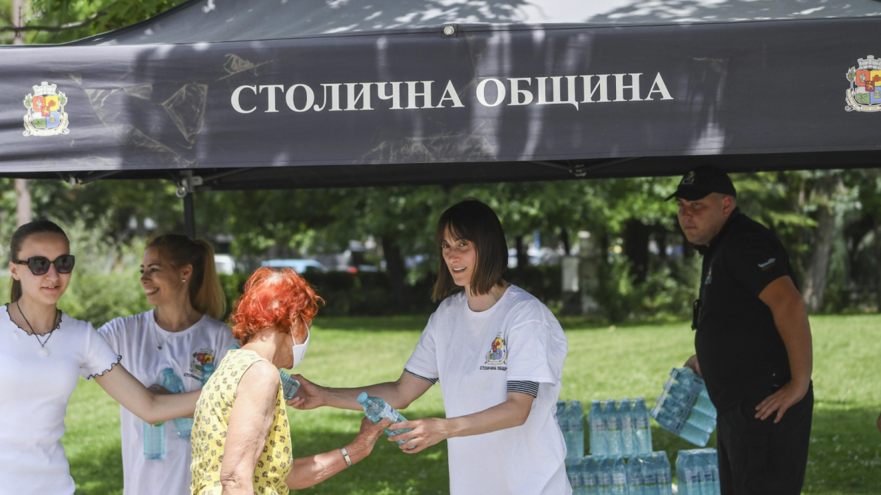 Заради жегите: Раздават вода и оросяват улици и булеварди в София