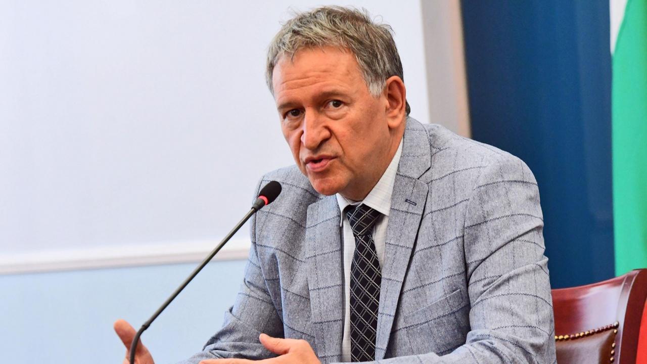 Здравният министър с обещания пред бизнеса за влизането на чуждите туристи