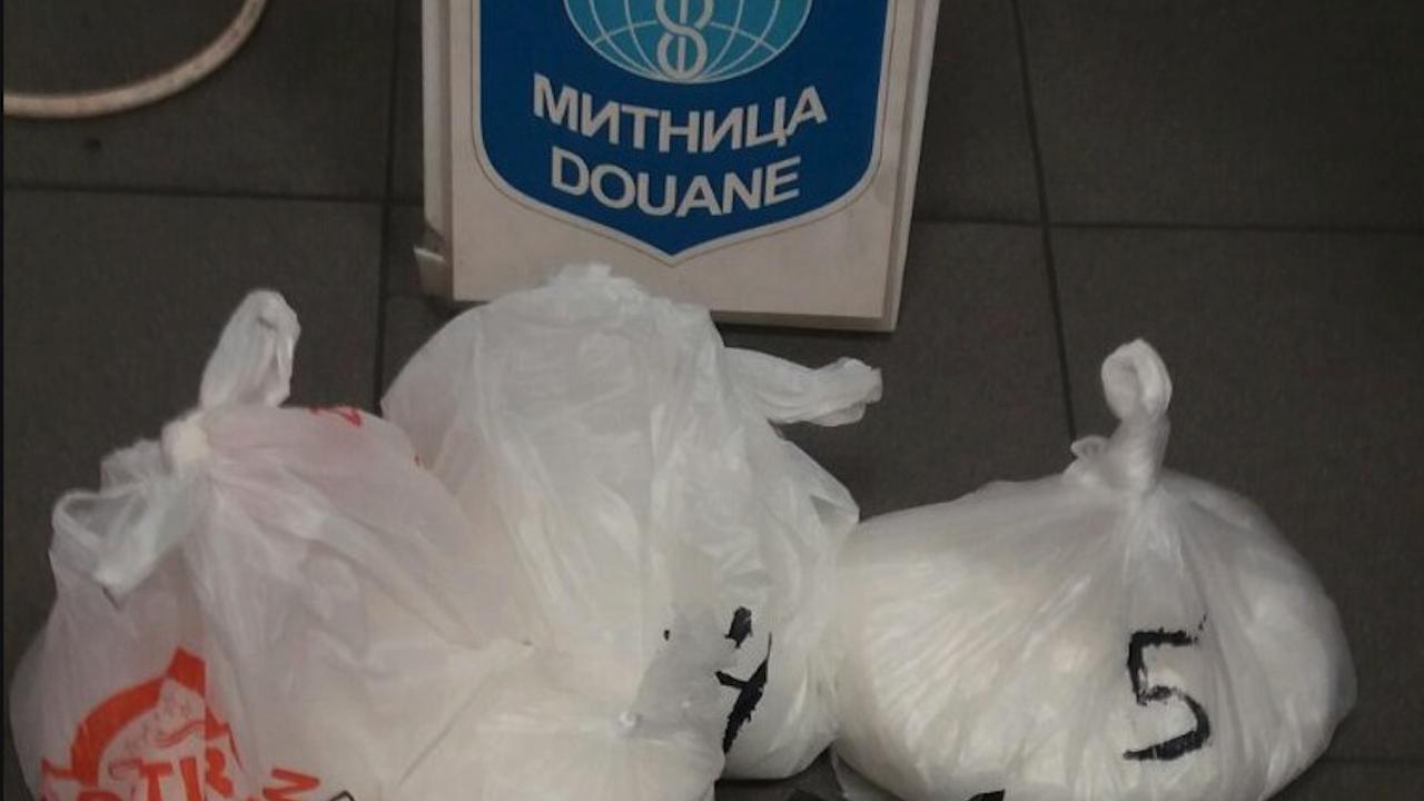 Митничари и граничари спипаха 4.5 кг метамфетамин в камион