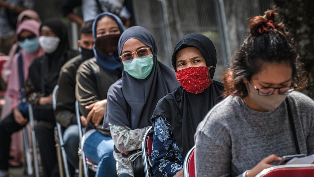 Индонезия въвежда спешни ограничителни мерки заради ръст на новите случаи на коронавирус