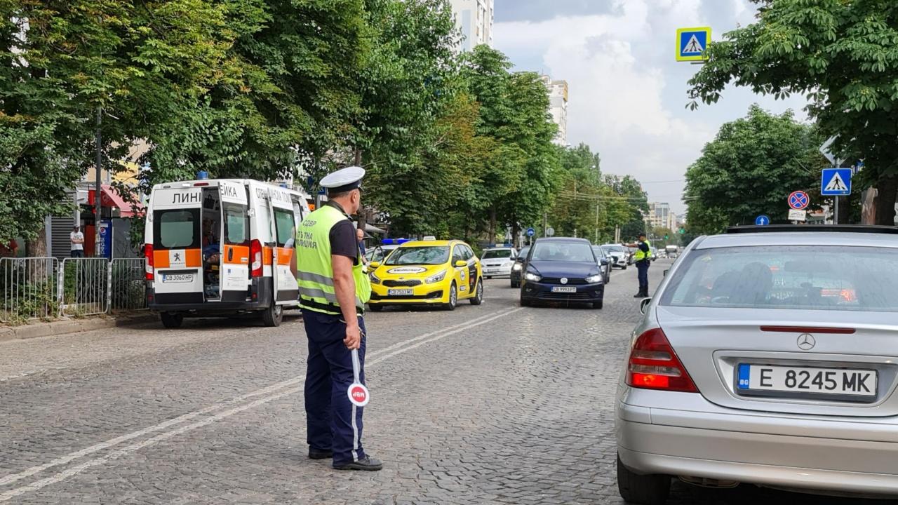 Такси помете младо момиче на пешеходна пътека