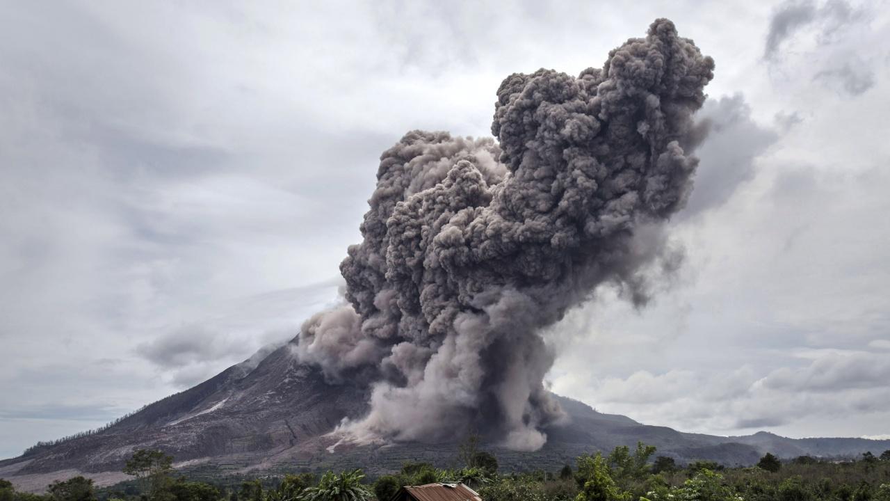 Хиляди бягат от вулкан на Филипините