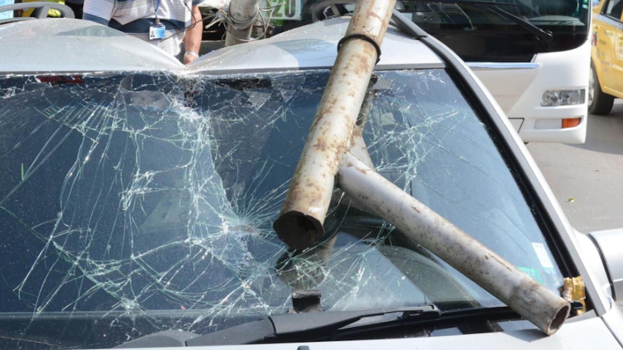 Пиян шофьор отнесе електрически стълб в Русе