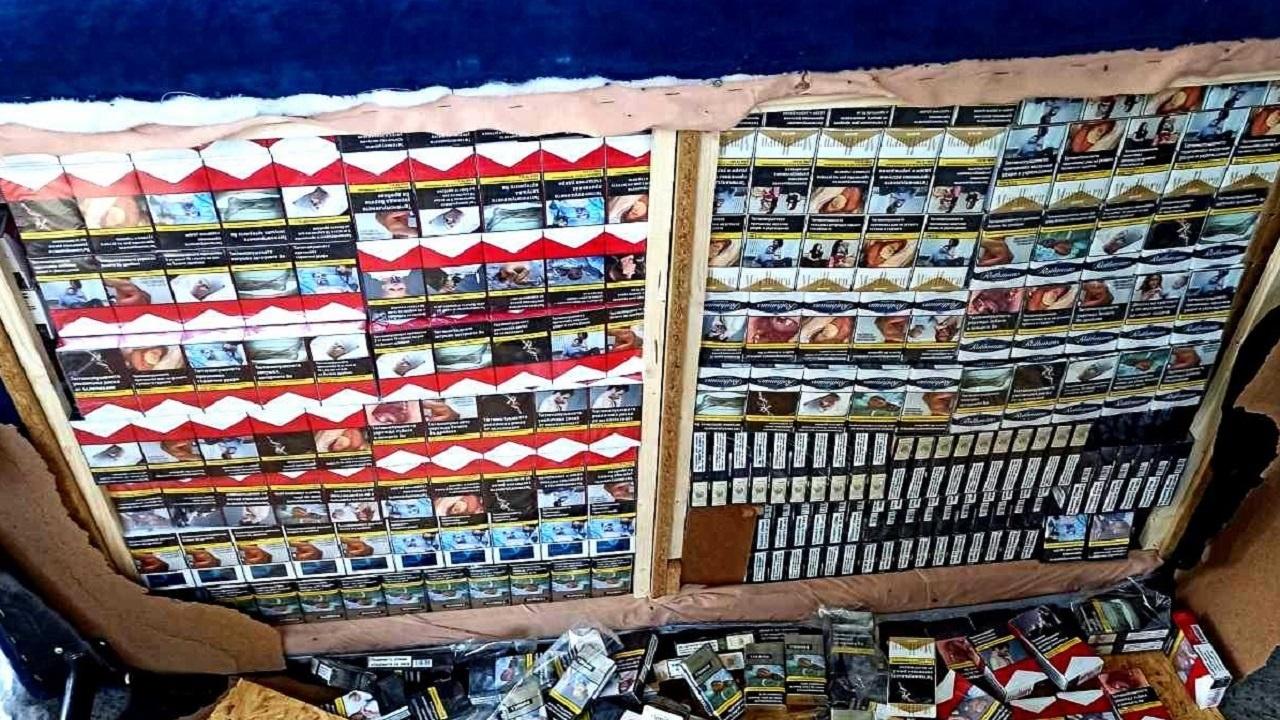 Митничари с голям удар от укрити цигари в два автовоза