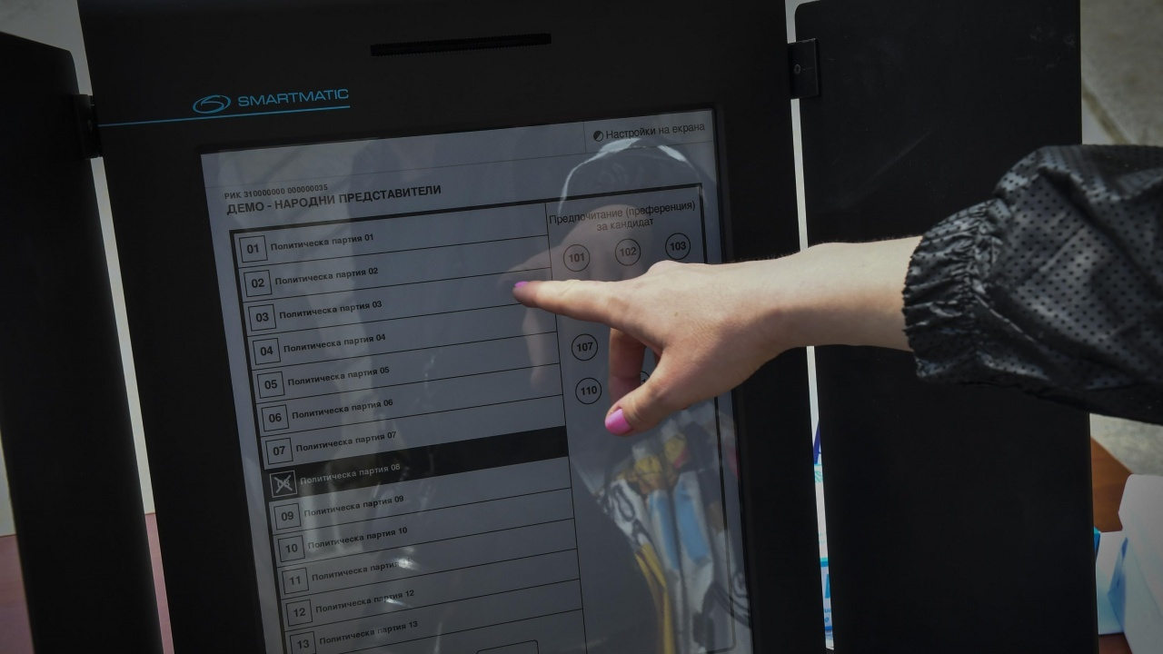 Пробно гласуване с машини в метрото в София