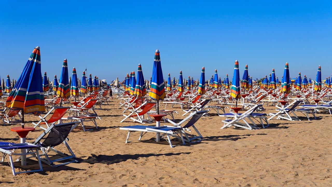 Колко ще плащаме за чадъри и шезлонги по плажовете това лято?